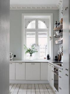 Jag fastnade för det tidlösa köket i den här 3:an som legat ute till salu på Verkstadsgatan 1 A i Malmö via Bo-Laget. Om vi någon gång bestämmer oss för att byta beslag skulle jag gå för något…