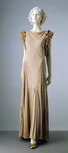 Evening dress, silk crêpe faced with velvet, Norman Hartnell, 1933,  Victoria and Albert Museum Collection