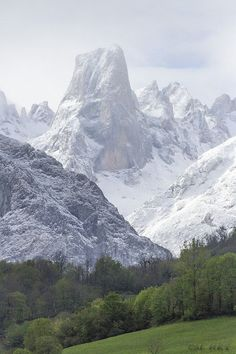 Picu Urriellu (edo Naranjo de Bulnes) zurituta.