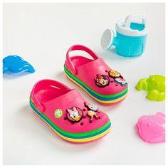 Τα αγαπημένα crocs των παιδιών σε υπέροχα χρώματα που δεν αποχωρίζονται! Βρείτε περισσότερα crocs στο koinis.gr Crocs, Baby Shoes, Sandals, Kids, Fashion, Young Children, Moda, Shoes Sandals, Boys