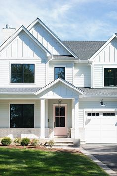 Modern Farmhouse Modern White Farmhouse Exterior with Light Pink Front Door White Farmhouse Exterior, Farmhouse Style, Farmhouse Ideas, Farmhouse Design, Exterior Siding, Exterior Design, Hardie Board Siding, Exterior Remodel, Modern Exterior