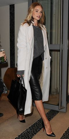 Rosie Huntington-Whiteley wears a gray sweater, leather pencil skirt, coat, satchel, and black pumps cute outfits for girls 2017 Rosie Huntington Whiteley, Look Office, Office Looks, Office Wear, Look Street Style, Street Chic, Looks Chic, Casual Looks, Work Fashion