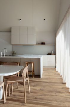 Retreat Residence M by CJH Studio is an inventive interpretation of a traditional Australian beach house, with modern muted tones. Home Design, Küchen Design, Home Interior Design, Bathroom Interior, Kitchen Interior, Banquette Design, Living Comedor, Kitchen Dinning, Dining