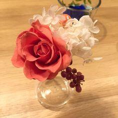 プリザーブドフラワーの一輪挿し。 プラザのバラ、アジサイ、ペッパーベリーを使ってアレンジしています。