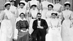 Edith Cavell, en uniforme noir, à côté du Dr Depage avec ses élèves infirmières.