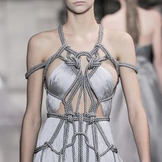View all the detailed photos of the Yiqing Yin haute couture spring 2016 showing at Paris fashion week. Read the article to see the full gallery. Fashion Art, Runway Fashion, High Fashion, Fashion Show, Womens Fashion, Fashion Tips, Fashion Trends, Drawing Fashion, Fashion Poses