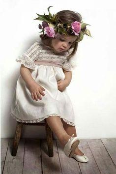 """Even Flower Girls Get Tired Feet"" Flower Girls, Flower Girl Dresses, Baby Kind, Baby Love, Beautiful Children, Beautiful Babies, Kind Photo, Stylish Kids, Kind Mode"