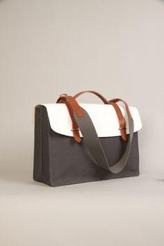 Pra aniquilar essas mochilas... bolsas masculina! Além de extremamente sofisticada, nesse caso, ela é atemporal e combina com tudo.
