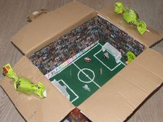 Surprise voetbalveld / stadion Diy Crafts To Do, Crafts For Kids, School Projects, Projects To Try, Ideas Hogar, Valentine Box, Santa Gifts, Corporate Gifts, Presents