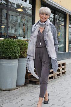 Superlekker jumpsuit 1500,- i herlig cyprokvalitet og jakke 1500,- i 100% bomull, begge deler fra iiS.   Skjerf 499,- fra Tif&Tiffy.   Smy...