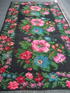 Amped up Floral Deco Boheme Chic, Decoration Inspiration, Bohemian Interior, Shabby Cottage, Boho, Colorful Rugs, Vintage Rugs, Rugs On Carpet, Decorative Accessories