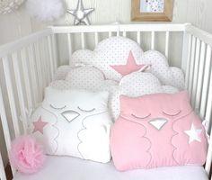 Un tour de lit aux couleurs très tendres en rose et blanc Tissus faces différents des tissus dos pour être réversibles,  3 tissus utilisés: blanc uni, blanc à petits coeurs - 20517319
