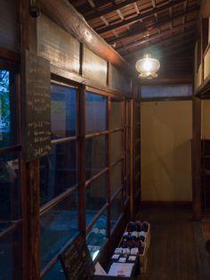 代々木にある古民家カフェ「DADA CAFE」。昭和15年に建てられた呉服屋を改装したカフェですが、机や椅子、ライトなどは現代風のものを使っており、古いものと現代がいい具合にミックスされていました。
