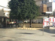 Cafetería tradicional de Alicante - En esta fotografía se observa como se ve una cafetería tradicional de Alicante. Siempre tiene sillas afuera (una terraza) y adentro para cuando hace mucho frío. En esta cafetería hay plásticos protectores contra el viento, lluvia, etc.