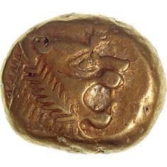 Esta moneda se creó en la ciudad de Sardes en el antiguo reino de Lidia, se usó entre los 600 - 580aC. Está hecha de una mezcla de oro y plata, y tiene como dibujo la cabeza de un león. Wealthy Lifestyle, Coin Art, Gold And Silver Coins, Antique Coins, Seals, Greek, Objects, Antiques, Rings