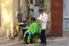 einen Haarschnitt bitte! Frisör auf der Straße in Hanoi, Vietnam / haircut please! street barber in Hanoi #Vietnam http://www.kleineweltreise.de/street-life-in-vietnam/