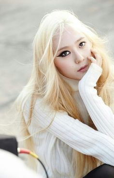 When white outfit, half make up, and blonde hair become a blindness #redlight #asianbeauty #krystaljung #fx