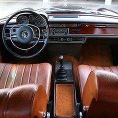 Mercedes Benz 280 SE 1971 www.brunelliveiculosantigos.com.br #brunelliveiculosantigos #mercedesbenz #placapreta Mercedes W114, Mercedes Benz 200, Mercedes Interior, Merc Benz, Classic Mercedes, Nice Cars, Backyards, Vintage Cars, Ps