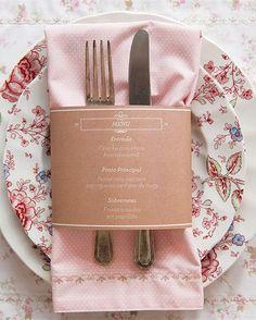 A tira de papel com os pratos do dia também serve de anel de guardanapo