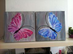 Twee schilderijen van vlinders.  Mooi door hun eenvoud.