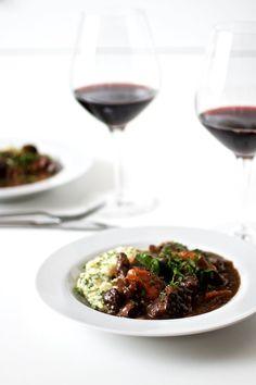 Boeuf bourguignon med kartoffelmos I Love Food, Wine Recipes, Meat, Dinner, Vegetables, Danish, Drinks, Inspiration, Beef Bourguignon