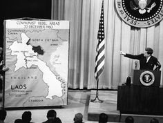 IlPost - Il presidente degli Stati Uniti John F. Kennedy accanto alla mappa del Laos, durante una conferenza stampa a Washington il 23 marzo 1961 in cui disse che la minaccia comunista in Laos è «grave e potenzialmente pericolosa» (Photo credit should - Il presidente degli Stati Uniti John F. Kennedy accanto alla mappa del Laos, durante una conferenza stampa a Washington il 23 marzo 1961 in cui disse che la minaccia comunista in Laos è «grave e potenzialmente pericolosa» (Photo credit should…
