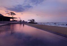 Olvídate del mundo y relájate en la piscina del Rayong Marriott Resort & Spa con vista al mar en Tailandia.