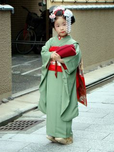 Kyoto | cute little girl in traditional kimono