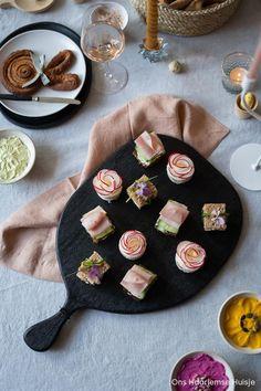 Fingerfood om je vingers bij af te likken: zo presenteren de Engelsen een high tea. Naast scones en zoete hapjes mogen mini-sandwiches niet ontbreken. Wil je echt iets bijzonders op tafel zetten voor je high tea? In deze blog deel ik drie recepten van chique sandwiches waarmee je zeker de show steelt. Ook leuk voor Pasen! #hightea #sandwiches #hapjes #paastafel #paasrecepten #recepten #tafeldekken #radijs #vegetarisch #vegetarischesandwiches #zwarteplank #urbannatureculture #mangohout High Tea Sandwiches, Sugar, Cookies, Table Decorations, Scones, Desserts, Crack Crackers, Tailgate Desserts, Deserts