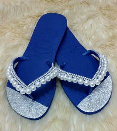 Chinelo Decorado com Strass e Pérolas Beaded Shoes, Beaded Sandals, Make Your Own Clothes, How To Make Shoes, Decorating Flip Flops, Shoe Crafts, Bling Shoes, Fashion Project, Diy For Girls