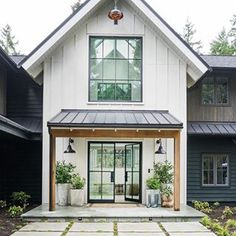 amazing Exterior Decor Ideas What an incredible modern farmhouse design! Architecture: Interior Design: Construction: 📷: for Thank you @ audreycrispinteriors for this amazing picture Modern Farmhouse Design, Modern Farmhouse Exterior, Modern Cottage, Farmhouse Outdoor Decor, Rustic Exterior, Farmhouse Windows, Cozy Cottage, Future House, My House