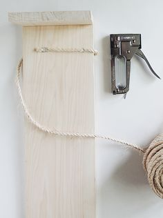 Claw Control: The DIY Cat Scratching Post - Remodelista DIY minimalist cat scratcher in progress from Almost Makes Perfect Diy Cat Toys, Cats Diy, Lit Chat Diy, Diy Jouet Pour Chat, Niche Chat, Diy Cat Scratching Post, Diy Cat Bed, Diy Dog, Cat Beds