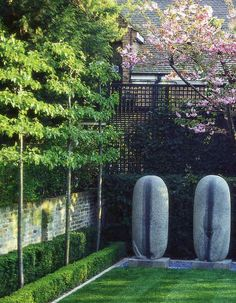 English garden by Luciano Giubbielei with horizontal espalier trees - via Atticmag
