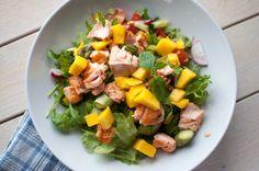Laks og mango er ein vinnar i lag og smakar utruleg godt! Steik laksen medan du blandar saman salaten, og vips har du nydeleg middag klar. Her får du oppskrift til ein person, så kan du gange opp s...