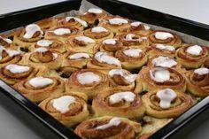 Stor smørkage - gærdejsversion (Recipe in Danish) Cake Recipes, Dessert Recipes, Danish Food, Eat Smart, Food Crafts, Fabulous Foods, Sweet Bread, Cakes And More, No Bake Desserts