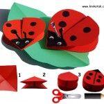 Para hacer una mariquita, necesita sólo un cuadrado de papel rojo, utilizar tijeras para redondear los bordes, dibujar los ojos y los puntos - y pegamento en las antenas. Cortar abrir las dos alas, si lo desea.