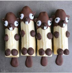 Chocolate-dipped bananas for kids& buffet. Chocolate-dipped bananas for kids& buffet. Chocolate-dipped bananas for kids& buffet. Cute Snacks, Snacks Für Party, Chocolate Dipped Bananas, Banana Snacks, Banana Treats, Banana Fruit, Banana Recipes, Food Art For Kids, Cute Food Art
