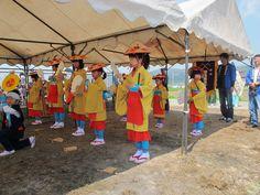 【御田植】平成24年5月26日、伝統的稲作行事『御田植』(主催・巴会)での、押切田植踊り保存会・押切子供会の皆さんによる「押切田植踊り」の様子②です。