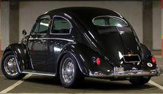 Fusca 1955 - Alguns componentes foram substituídos por itens Porsche, como as lentes dos faróis (do 911) e as rodas. Os para-choques e logotipos, foram importados da Alemanha. Os bancos também são novos. O motor teve a cilindrada aumentada de 1,2 para 1,7 litro e ganhou ignição eletrônica. Foram substituídos o comando de válvulas, filtros de ar, carburação (de simples para dupla) e a polia. O câmbio é do SP2. Os novos pneus, radiais, têm medidas 195/60 R15 e os freios dianteiros são a disco.