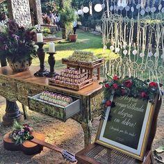 A entrada do casamento merece sempre uma atenção especial...  Decoração: #RenataParaiso @chiavarieventos @emporiofelicita @dogarimpo @elianalipiani_velas  Assessoria: @douxmariage #CasamentoCarlaeDani #IntegraçãoàNatureza #CasamentoNoJardim #RecebendoEmCasa #CasamentoNoCampo