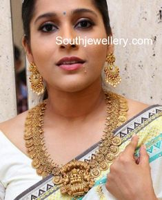 Rashmi Gautam in TBZ temple jewellery photo Gold Jewelry Simple, Cute Jewelry, Men's Jewelry, Indian Jewelry, Bridal Jewelry, Antique Jewelry, Silver Jewelry, Fashion Jewelry, Jewellery Photo