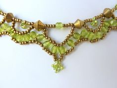 DIY Jewelry: Free beading pattern for lovely antique-looking green crystal necklace. Crystal Necklace, Seed Bead Necklace, Seed Bead Jewelry, Beaded Necklace Patterns, Beaded Jewelry Designs, Beading Patterns Free, Beading Tutorials, Beaded Anklets, Guadalajara