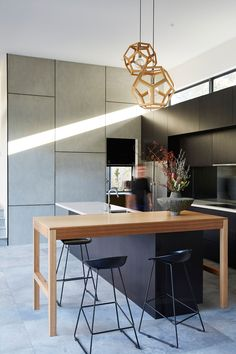 Kitchen Countertops In this modern kitchen, black cabinets have been combined with wood elements and white countertops. Home Decor Kitchen, Kitchen Remodel Countertops, Kitchen Remodel, Kitchen Decor, New Kitchen, Home Kitchens, Modern Kitchen Interiors, Kitchen Renovation, Kitchen Design