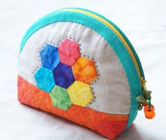 Zipper Cosmetic Bag Tutorial. Purses Tutorials. Patchwork & Quilts  http://www.handmadiya.com/2015/09/zipper-cosmetic-bag-tutorial-patchwork.html