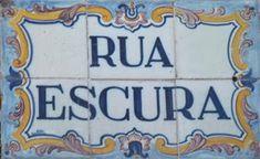 """Placa toponímica da """"Rua Escura"""", na cidade do Porto."""