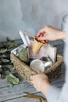 The perfect zero waste gift basket for your green-loving friends. Everything in it - from loose tea to beeswax candles - is both useful and plastic-free. Diy Christmas Baskets, Christmas Diy, Christmas Things, Christmas Photos, Christmas Trees, Parfait, Sustainable Gifts, Sustainable Living, Tea Gifts