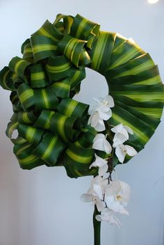 Floral art using Pandanus leaves. Design Floral, Deco Floral, Arte Floral, Ikebana, Church Flowers, Funeral Flowers, Flower Show, Flower Art, Modern Flower Arrangements