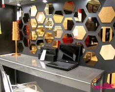 em desculpa para parede pelada: MUITOS espelhinhos (daquels bem baratinhos) e cortiça; dupla bonita e funcional !