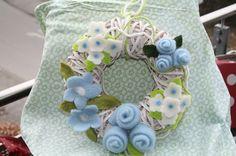Auf einen weißen Weidenkranz habe ich verschwenderisch mit Liebe handgefilzte Primeln, Rosen und Blumen  in hellblau und weiß aufgeklebt.Auch sind ...