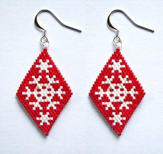 Boucles d'oreilles losanges flocons de noël en perles japonaises miyuki blanches et rouges tissage peyote : Boucles d'oreille par beads-and-coffee